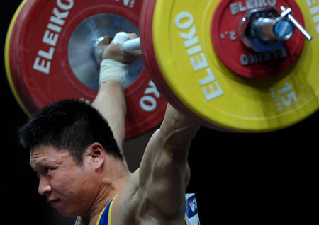 图文:男子举重77公斤级决赛 李宏利获得冠军