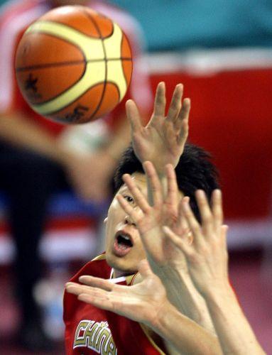 图文:中国男篮91-68乌兹别克 莫科积极拼抢