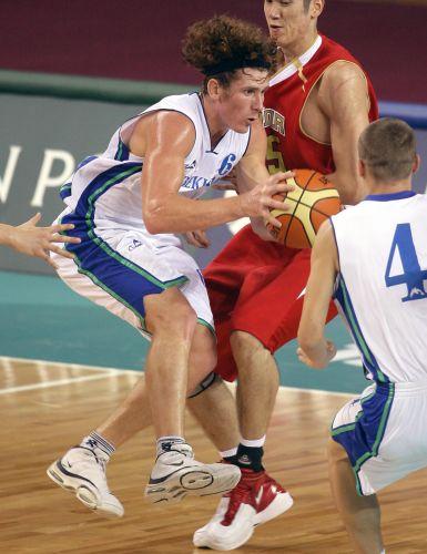 图文:中国男篮91-68乌兹别克 双方球员拼抢