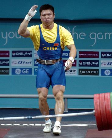 图文:男子举重77公斤级决赛 李宏利向观众致意