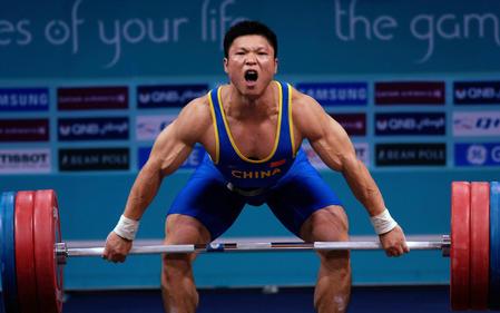 图文:男子举重77公斤级决赛 李宏利准备发力