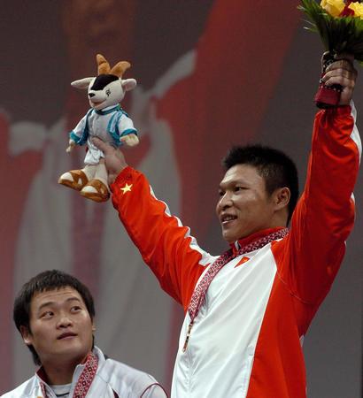 """图文:男子举重77公斤级决赛 李正在""""偷窥""""金牌"""