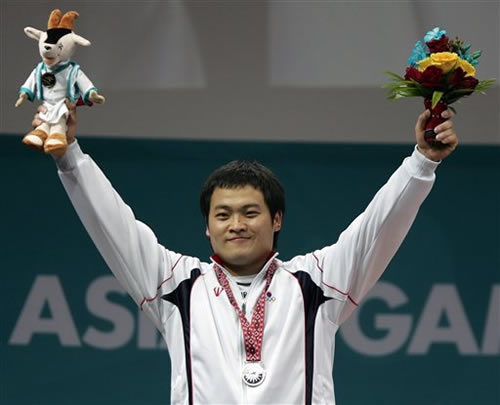 图文:男子举重77kg 韩国LEE Jeong Jae幸运夺银
