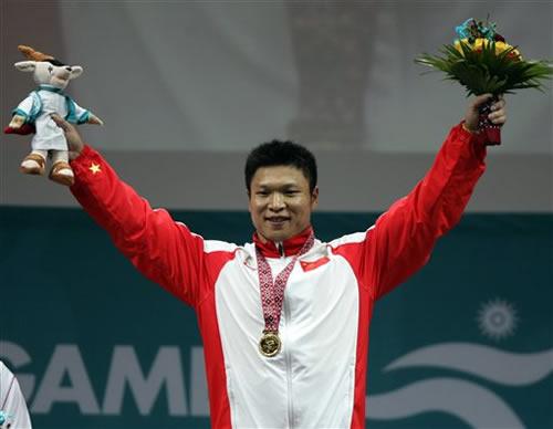 图文:男子举重77公斤级 中国选手李宏利夺金