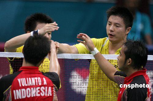 图文:羽毛球男团郭振东谢中博胜印尼 赛后握手