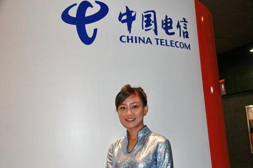 图文:中国电信展台前的美女