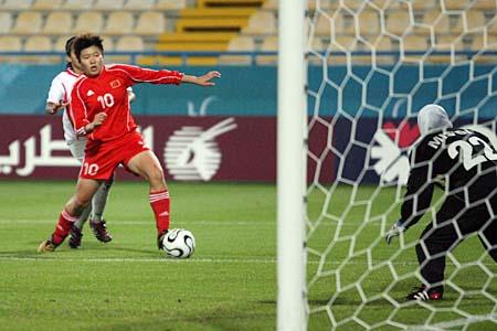 独家图片:中国女足12-0胜约旦 马晓旭门前护球