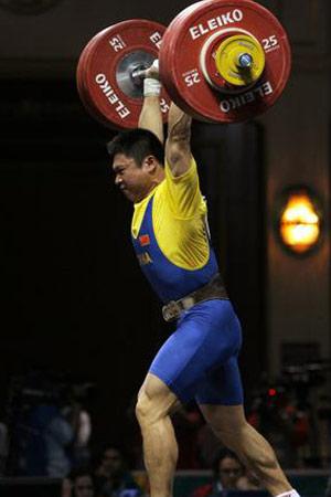 图文:男举77公斤级比赛 李宏利为举重队再摘金