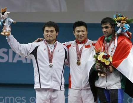 图文:男举77公斤级比赛李宏利夺冠 颁奖仪式