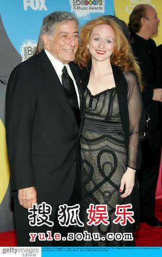 红毯:美国老牌爵士男歌手托尼携女儿亮相