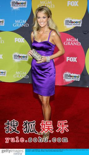 红毯:Carrie Underwood紫色短裙鲜亮俏丽