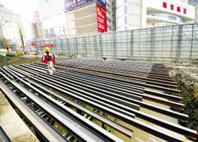 南京地铁二号线新街口站开始搭设钢便桥(图)