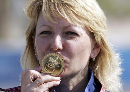 图文:女子50米步枪卧射冠军奥尔加 亲吻金牌