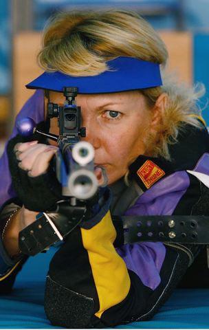 图文:女子50米步枪卧射冠军奥尔加 目光有神