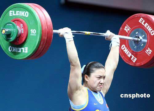 图文:曹磊摘取女子75公斤级举重金牌