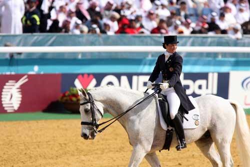图文:亚运马术盛装舞步个人赛 香港骑手回眸