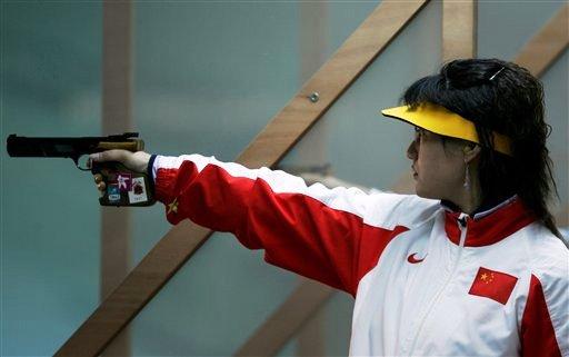 图文:亚运射击女子25米手枪决赛 陈颖认真投入