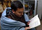 学生裹着棉被看书