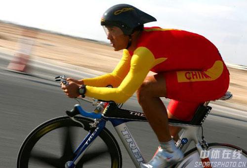 图文:宋宝庆男子公路计时赛夺冠 在沙漠中骑行