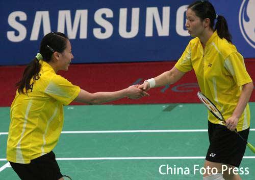 图文:羽毛球女团中日决赛 杨维张洁雯赛后握手