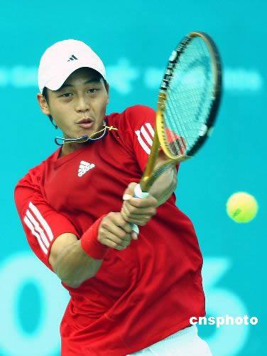 图文:中国台北队挺进网球男团4强 卢彦勋比赛中
