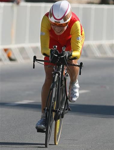 图文:自行车个人计时赛夺冠 李梅芳喜不自禁