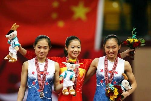 图文:体操女子跳马程菲夺冠 和韩国选手领奖