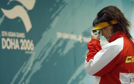 图文:亚运射击女子25米手枪决赛 陈颖调整状态