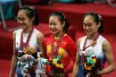 图文:亚运体操女子跳马比赛 程菲与对手合影
