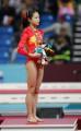 图文:亚运体操女子跳马比赛 程菲在领奖台上