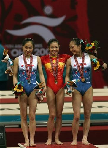 图文:力压对手夺得女子跳马金牌 程菲笑得最美
