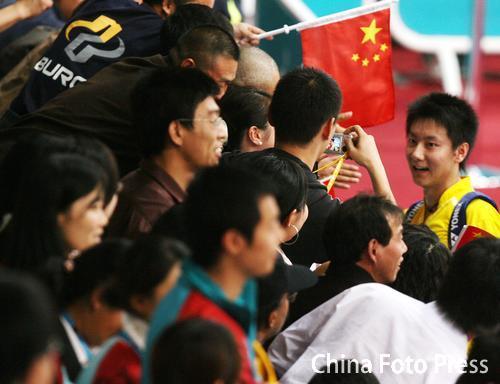 图文:羽毛球男团中国队VS韩国 陈金与观众互动