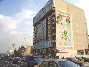 伊朗:美以国旗画在地上踩 可口可乐到处都在卖