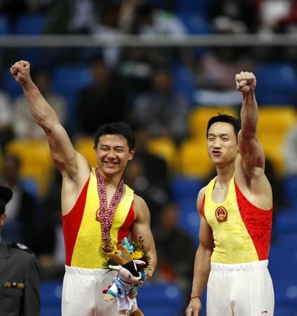 图文:亚运会体操吊环决赛 陈一冰杨威在奖台上