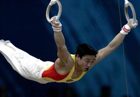 图文:亚运会体操吊环决赛 杨威在比赛中