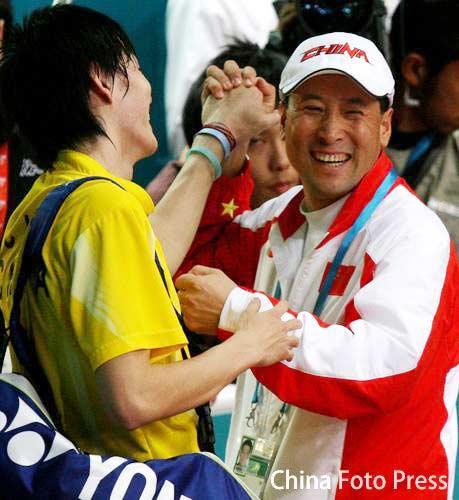 图文:羽毛球男团中国队夺冠 鲍春来李永波庆祝