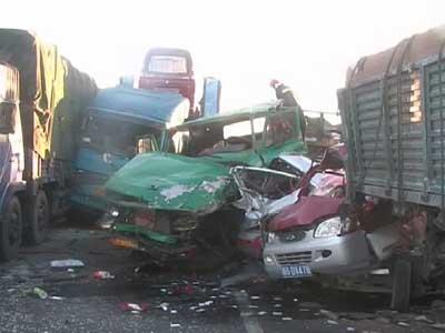 北京八达岭高速八车连环相撞 造成两死两伤(图)