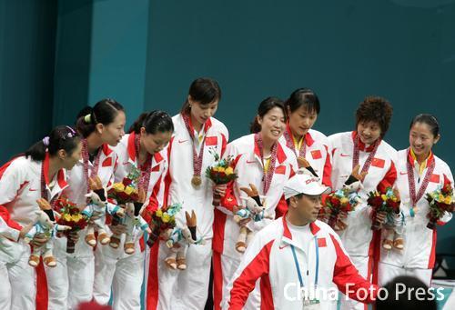 图文:羽毛球女团中国摘金 队员教练领奖台合影