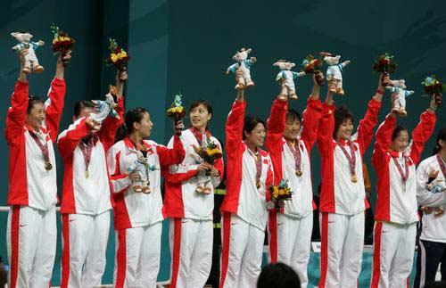 图文:羽毛球女团中国队获金牌 队员登上奖台