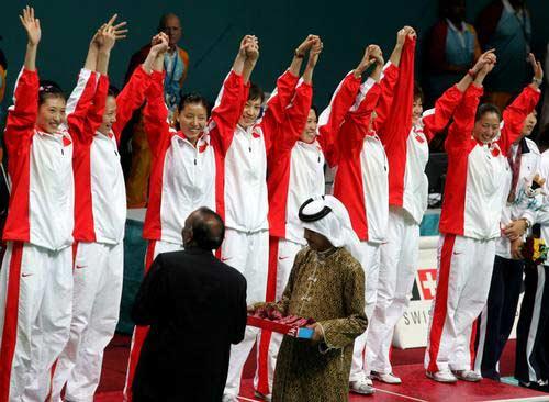 图文:羽毛球女团中国队获金牌 队员挥手致意