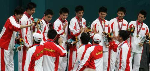 图文:羽毛球男团中国队获金牌 教练祝贺队员