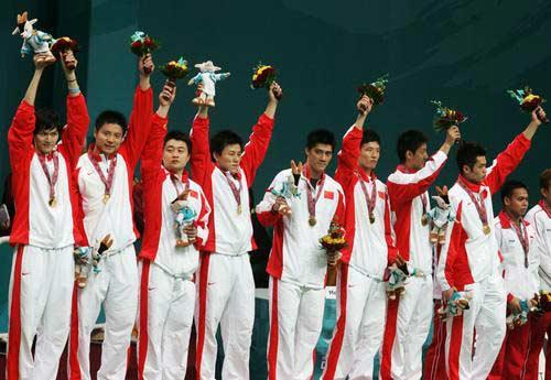 图文:羽毛球男团中国队获金牌 向观众致意