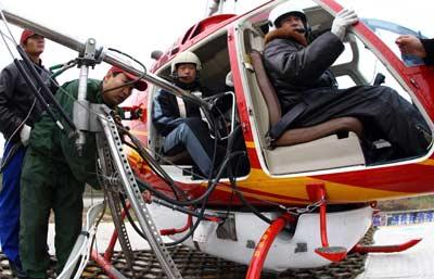 湖南电网动用直升机冲洗绝缘子 创国内四个第一