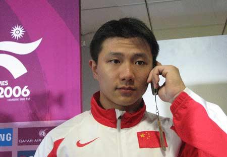 独家图片:陈一冰男子吊环夺冠 赛后接爸爸电话
