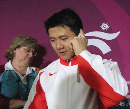 独家图片:陈一冰男子吊环夺冠 向家人汇报比赛