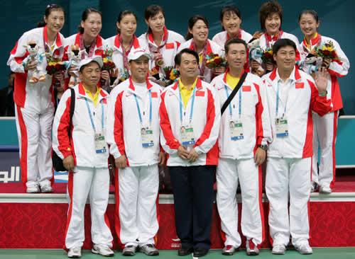 独家图片:卫冕羽毛球女团冠军 队员与教练合影