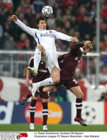 图文:拜仁主场迎战国际米兰 伊布和奥特尔争球