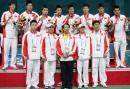 独家图片:夺得羽毛球男团冠军 队员与教练合影