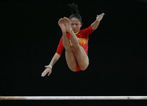 图文:输掉金牌不输志 何宁高低杠动作又高又飘