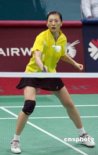 图文:羽毛球女团中国队夺冠 张宁镇定回球
